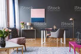 rosa und dunkelblau bemalung in grau wohnzimmer interieur mit blumen und sessel echtes foto stockfoto und mehr bilder blau