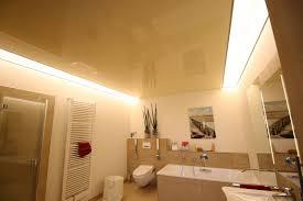 lackspanndecke im badezimmer mit zwei hellen