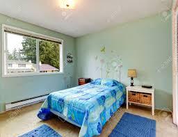 aqua töne kleines schlafzimmer interieur mit blauen bett und teppiche