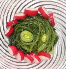 comment cuisiner les fanes de radis salade de fanes de radis la table de diogène est ronde