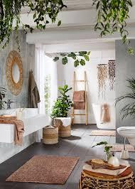 tropisches badezimmer in grün mit accessoires aus holz