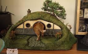 ils construisent une maison de hobbit pour chat golem13 fr