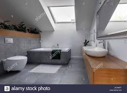 moderne einrichtung badezimmer in grau und holz