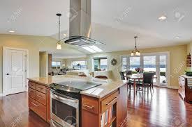luxus haus interieur mit modernen küche bar küche insel mit kapuze edelstahl doppeltür kühlschrank northwest usa