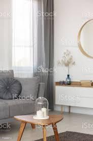 graue und weiße wohnzimmereinrichtung mit spiegel holzschrank und grauer stockfoto und mehr bilder behaglich