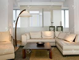 helle und moderne wohnzimmer mit großer sitzecke