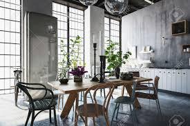 esszimmer mit tischen stühlen und zimmerpflanzen in geräumigen modernen renovierten haus mit licht das aus fenster