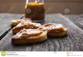 coeur de en pot biscuits avec le caramel et le sésame salés fond en bois de pot de