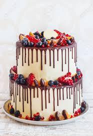 mehrstufiger kuchen mit früchten und schokolade
