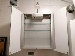spiegelschrank beleuchtung steckdose 2 türen badezimmer glas holz