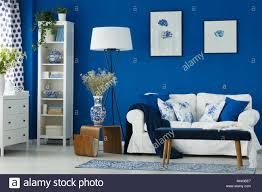 gemütliches stilvolles wohnzimmer mit blauen wänden