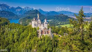 berühmten schloss neuschwanstein mit malerischen berglandschaft in der nähe stockfoto und mehr bilder alpen