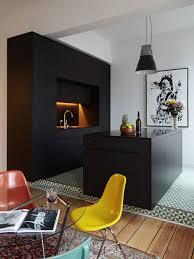 schwarze möbel deko und wände wie dunkle einrichtung der