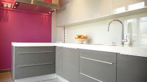 cuisine grise et plan de travail noir plan de travail cuisine gris cuisine laque grise avec plan de