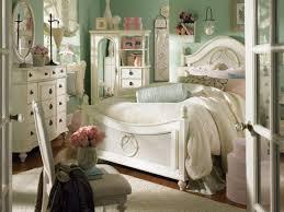 chambre retro les meubles vintages comme un accent romantique lit blanc chambre