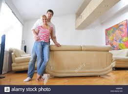 entspannte junges paar vor dem fernseher zu hause in hellen