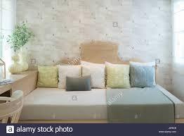 lounge sofa und bunten kissen in lounge im wohnzimmer im