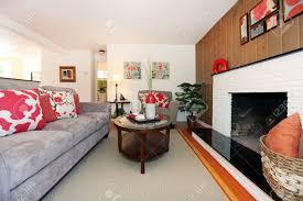 schönes gemütliches wohnzimmer mit parkett und kamin