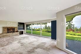 große leere wohnzimmer mit begehbaren keller mit bea stockfoto und mehr bilder architektur