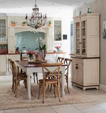 wohnküche im landhausstil mit essbereich bild kaufen