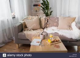 sofa mit kissen gemütlich zu hause wohnzimmer