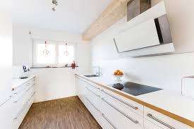 elegante weiße küche mit heller arbeitsplatte und kanten in