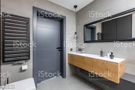 dunklen badezimmer mit arbeitsplatte waschbecken stockfoto und mehr bilder architektur