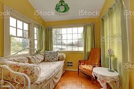 kleines wohnzimmer mit schlafbereich ein sofa und leseecke stockfoto und mehr bilder architektur