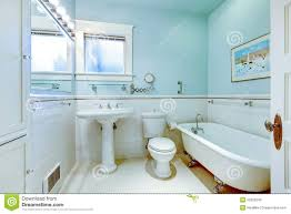 blaues antikes elegantes badezimmer mit weißer wanne