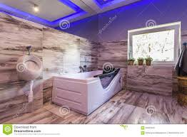 extravagantes badezimmer mit toilette heiße wanne stockbild