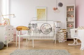 fototapete baby schlafzimmer mit weißem stuhl