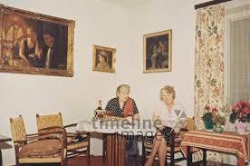 zwei frauen in einem wohnzimmer 1966 67 fotocommunity