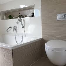 badezimmer kombination mit mosaikfliesen und weißen