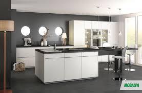 cuisine meubles blancs bar dans cuisine ouverte 12 cuisine murs gris fonc233s meubles