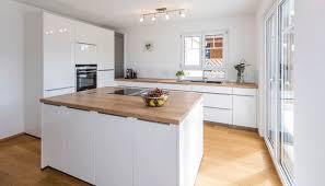 helle moderne küche mit kochinsel minimalistisch küche