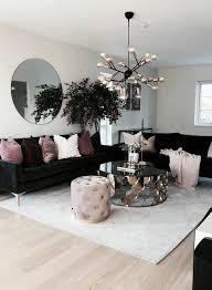 wohnzimmer dekor mit schwarzen sofas