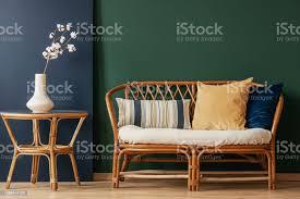 blumen auf natürliche tisch neben sofa mit kissen in grün und blau wohnzimmer interieur echtes foto stockfoto und mehr bilder blau