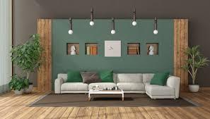 elegantes wohnzimmer mit weißem sofa gegen grüne wand
