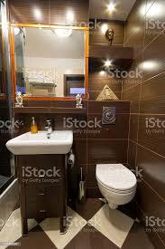 moderne braun und beige badezimmer stockfoto und mehr bilder badewanne