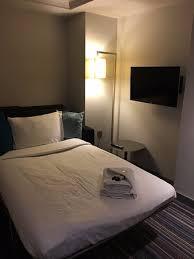 chambre hotel avec coin séparé pour les enfants dans la chambre avec canapé lit