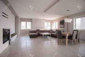 riesige geräumiges wohnzimmer in modern eingerichtetes haus