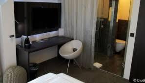 hotelzimmer mit bad aus glas der idiotie der