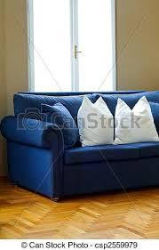 blaues sofa im wohnzimmer mit blauem sofa canstock