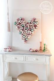 diy geschenk zum valentinstag ein herz aus christbaumkugeln