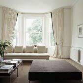 cremefarbenes sofa und gardinen vor dem bild kaufen