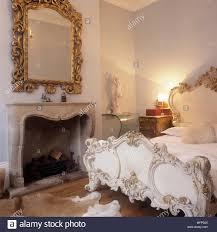 19 jahrhundert französischem bett in einem schlafzimmer mit
