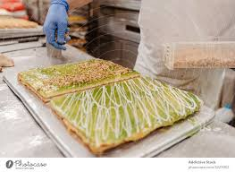 bäcker verschüttet krümel auf kuchen ein lizenzfreies