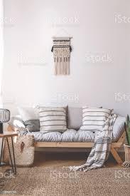 decke und kissen auf hölzerne in beige wohnzimmer interieur mit braunen teppich echtes foto stockfoto und mehr bilder beige