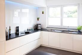 moderne hochglanz küche in weiß mit kücheninsel bora