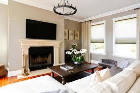 helles luxuriöses wohnzimmer mit kamin und fernseher 1258885